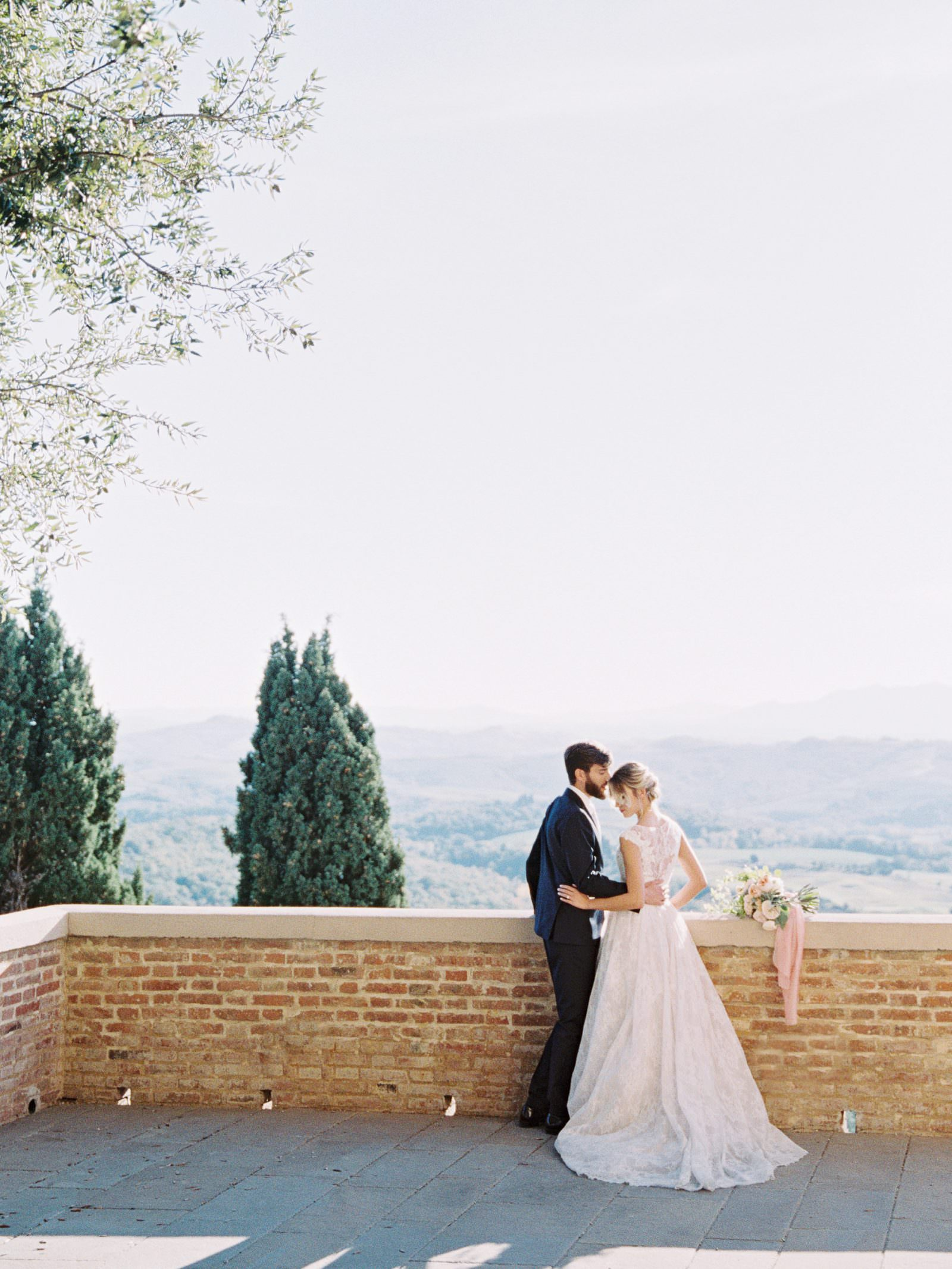 Wedding in Tuscany landscape and couples portraits