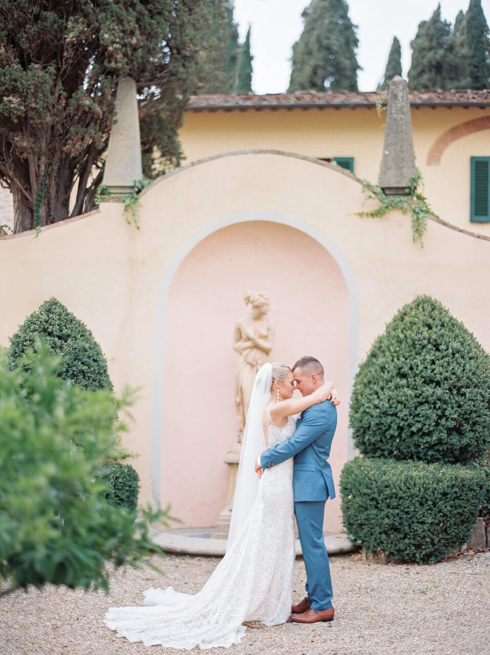 Just married first kiss in Florence - Villa agape